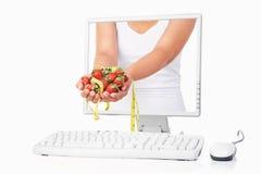band för jordgubbe för kvinnlighandholding mätande Arkivfoton