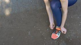 Band för kvinnlig person snör åt på gymnastikskor royaltyfri fotografi