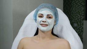 band för mått för äpplebegreppshälsa Stående av den unga kvinnan i ansikts- kosmetisk maskering i skönhetmitt le Skjutit i 4 K arkivfilmer