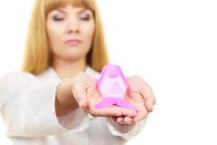 Band för medvetenhet för cancer för doktorsvisning rosa Royaltyfria Foton