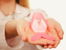 Band för medvetenhet för cancer för doktorsvisning rosa Royaltyfria Bilder