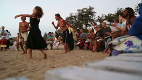 Band het spelen op djembe op een zandig strand, met mensen het dansen stock footage