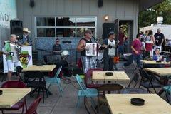 Band het spelen in openlucht in een lokale bar in de stad van Austin, Texas stock fotografie
