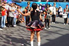 Band Majorettes führen verschiedene akrobatische Fähigkeiten während der jährlichen Blaskapelleausstellung durch Lizenzfreie Stockbilder