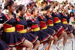 Band Majorettes führen verschiedene akrobatische Fähigkeiten während der jährlichen Blaskapelleausstellung durch Lizenzfreie Stockfotografie