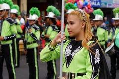 Band Majorettes führen verschiedene akrobatische Fähigkeiten während der jährlichen Blaskapelleausstellung durch Stockfotografie