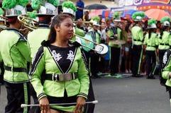 Band Majorettes führen verschiedene akrobatische Fähigkeiten während der jährlichen Blaskapelleausstellung durch Stockfoto