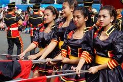 Band Majorettes führen verschiedene akrobatische Fähigkeiten während der jährlichen Blaskapelleausstellung durch Stockbilder