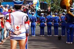 Band Majorettes führen verschiedene akrobatische Fähigkeiten während der jährlichen Blaskapelleausstellung durch Lizenzfreies Stockbild
