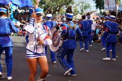 Band Majorettes führen verschiedene akrobatische Fähigkeiten während der jährlichen Blaskapelleausstellung durch Stockbild