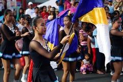 Band Majorettes führen verschiedene akrobatische Fähigkeiten während der jährlichen Blaskapelleausstellung durch Stockfotos