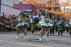 Band Majorettes führen verschiedene Tanzenfähigkeiten auf Straße während der jährlichen Blaskapelleausstellung durch Stockbilder