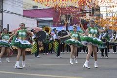 Band Majorettes führen verschiedene Tanzenfähigkeiten auf Straße während der jährlichen Blaskapelleausstellung durch Stockfoto