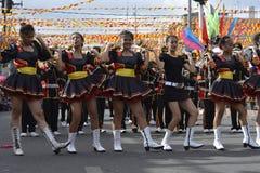 Band Majorettes führen verschiedene Tanzenfähigkeiten auf Straße während der jährlichen Blaskapelleausstellung durch Lizenzfreie Stockfotos