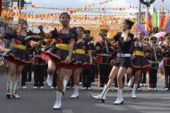 Band Majorettes führen verschiedene Tanzenfähigkeiten auf Straße während der jährlichen Blaskapelleausstellung durch Stockfotografie