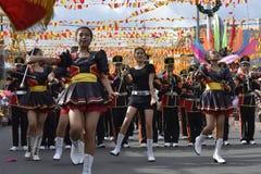 Band Majorettes führen verschiedene Tanzenfähigkeiten auf Straße während der jährlichen Blaskapelleausstellung durch Lizenzfreies Stockfoto