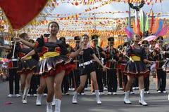 Band Majorettes führen verschiedene Tanzenfähigkeiten auf Straße während der jährlichen Blaskapelleausstellung durch Stockfotos