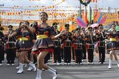 Band Majorettes führen verschiedene Tanzenfähigkeiten auf Straße während der jährlichen Blaskapelleausstellung durch Lizenzfreie Stockfotografie