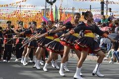 Band Majorettes führen verschiedene Tanzenfähigkeiten auf Straße während der jährlichen Blaskapelleausstellung durch Lizenzfreie Stockbilder