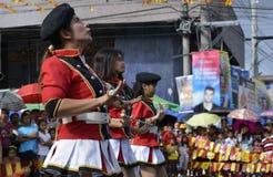 Band Majorettes führen verschiedene Tanzenfähigkeiten auf Straße während der jährlichen Blaskapelleausstellung durch Lizenzfreies Stockbild
