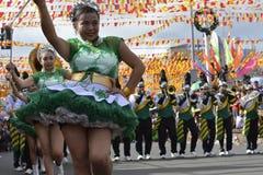 Band Majorettes führen verschiedene Tanzenfähigkeiten auf Straße während der jährlichen Blaskapelleausstellung durch Stockbild