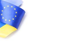 Band med ukrainska och europeiska fackliga flaggor som isoleras på vit Fotografering för Bildbyråer