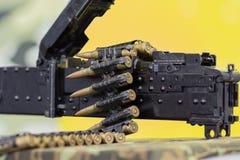 Band met kogels in een machinegeweer worden geplooid dat royalty-vrije stock afbeeldingen