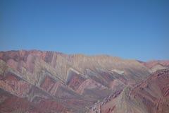 band och färger - Cierro 14 colores/fjorton färgkulle - humahuaca, nord av Argentina royaltyfri foto