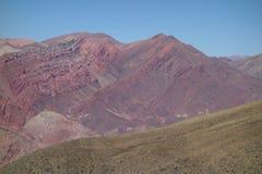 band och färger - Cierro 14 colores/fjorton färgkulle - humahuaca, nord av Argentina royaltyfri fotografi