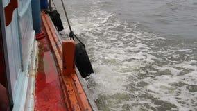 Band op vissersboot stock videobeelden