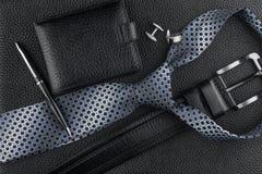 Band, riem die, portefeuille, cufflinks, pen op de huid liggen royalty-vrije stock afbeeldingen