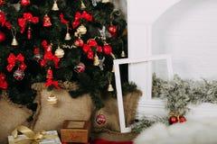 Band, sax, bow och juletiketter Arkivbild