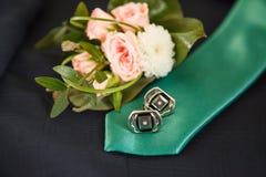 Band, silvercufflinks och boutonniere för att gifta sig Arkivbilder