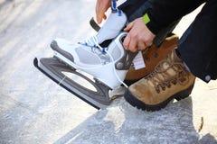 Band snör åt av ishockeyskridskor som åker skridskor isbanan Fotografering för Bildbyråer