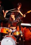 Band som leker det musikaliska instrumentet. Royaltyfria Foton