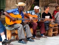 Band som leker traditionell musik i gammala Havana Arkivbilder