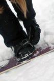 band som säkrar snowboarden Arkivfoton