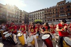 Band Spaniens Navarra Pamplona am 10. Juli 2015, die Trommeln in der Front spielt Lizenzfreies Stockbild