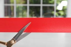 Band und Scheren auf unscharfem Hintergrund stockbilder