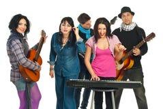 Band van vijf vrienden het zingen Stock Foto's
