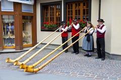 Band van Zwitserse musici die in straten Zermatt spelen Royalty-vrije Stock Foto's