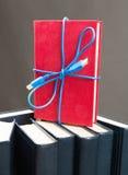Band vom usb-Kabel auf Buch Stockfotos