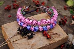 Band von den Blumen, Kranz mit farbigen Blumen Handgemachter Blumenkranz auf Metallstand im Freien zubehör Künstliche Blumen, ha Lizenzfreie Stockfotos