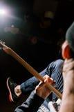 Band von den Gitarristen, die im Studio proben Lizenzfreies Stockbild