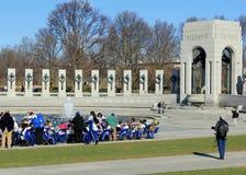 Band, Zuschauer und Fotografen, die zum Konzert, WWII-Denkmal, Washington, DC, im April 2015 fertig werden Lizenzfreies Stockfoto