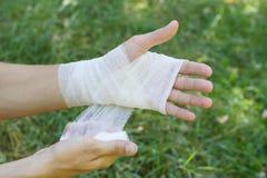 Bandaż na ręka nadgarstku, niezależny nagły wypadek w naturze Whi obraz royalty free