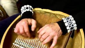 Banda africana tradicional de la música que juega un tono almacen de metraje de vídeo