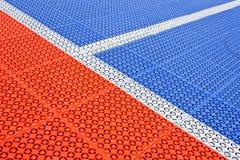 Banda bianca sulla pavimentazione di gomma del campo di calcio Fotografia Stock Libera da Diritti