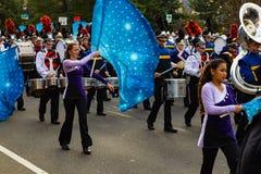 Banda con las banderas en el desfile de Philly Fotos de archivo libres de regalías