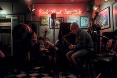 Banda de jazz em Hanoi Live Cafe, Vietname, dezembro 10, 2018 fotos de stock